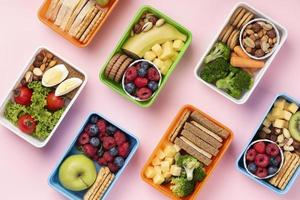Vista superior de arreglo de cajas de alimentos saludables foto