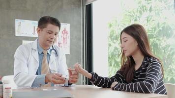 manlig läkare undersöker blodet från en asiatisk kvinna video