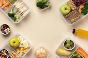 Arreglo de cajas de almuerzo de comida con espacio de copia foto