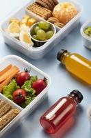 arreglo de cajas de almuerzo de comida de alto ángulo foto