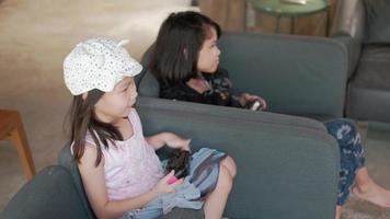 dos chicas asiáticas disfrutando de videojuegos en su sala de estar. video