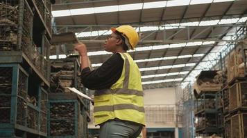 el colega obrero de ingeniería en la fábrica de almacén. video