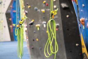 cuerdas de escalada colgando foto