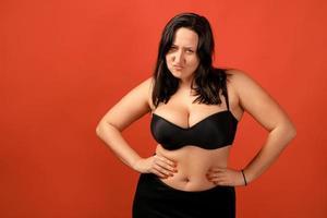 feliz, plus size, mujer positiva, en, estudio foto