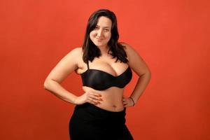 feliz mujer positiva de talla grande foto