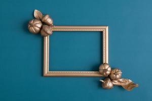 marco dorado plano con calabazas foto