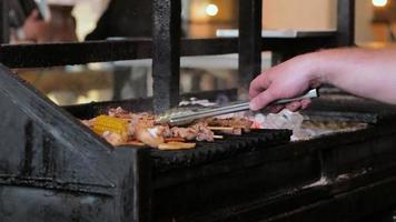 gebratenes Fleisch auf einem Holzkohlegrill drinnen im Restaurant video