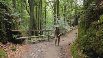 randonneur de jeune femme voyageant dans les montagnes avec sac à dos video