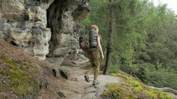 randonneuse voyageant dans les montagnes avec sac à dos video
