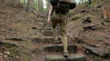 jeune randonneur voyage dans les montagnes avec sac à dos video