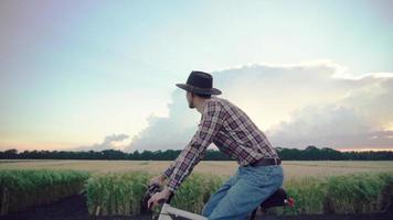 un agriculteur fait du vélo video