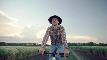 Agriculteur à vélo dans le domaine video