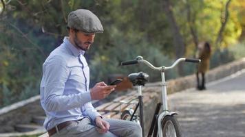 jeune homme assis avec vélo rétro video