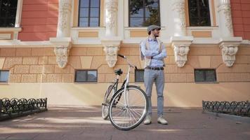 mâle élégant avec vélo rétro dans les rues video