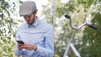 jeune homme à vélo rétro dans les rues video