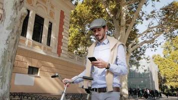 mâle avec vélo rétro dans les rues video
