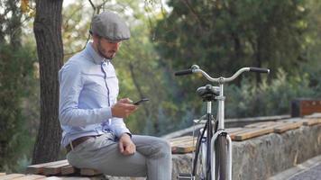 jeune homme avec vélo rétro video