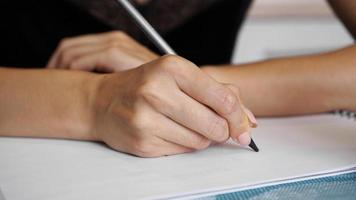 mano de mujer, uso, lápiz, escritura, en, hoja transparente foto