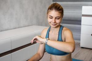 retrato, de, mujer joven, control, digital, rastreador de fitness foto