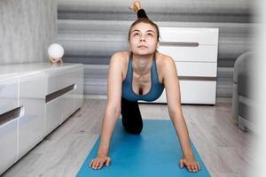 concepto de deporte, entrenamiento y estilo de vida - mujer estirando foto