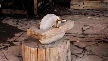 un viejo molinillo en una auténtica herrería. fabricación de armas en la antigüedad. foto