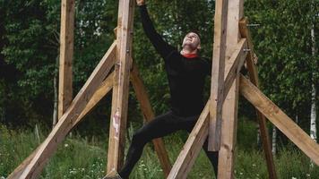 El hombre atravesando obstáculos durante la carrera de obstáculos en el campo de entrenamiento foto