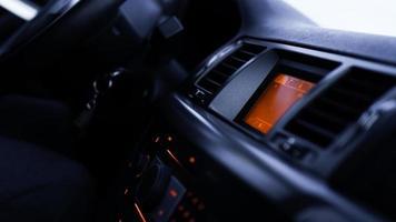 Botones de radio, salpicadero, control de clima en coche de cerca foto
