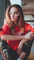 modelo de moda vistiendo sudadera con capucha roja con inscripción los angeles foto