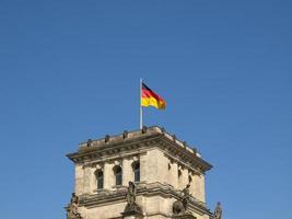 bandera alemana en el reichstag foto
