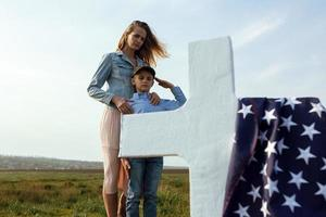 madre e hijo visitaron la tumba del padre en el día conmemorativo foto
