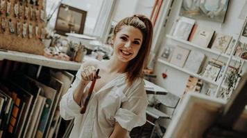 Artista femenina con pincel en taller de arte foto