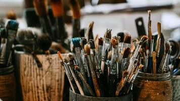 mesa con pinceles y herramientas en taller de arte. antecedentes. foto