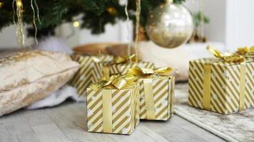 cajas de regalos debajo del árbol de navidad foto