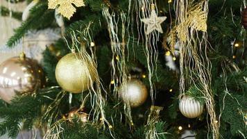 adornos navideños, árbol de navidad, regalos, año nuevo en color dorado. foto