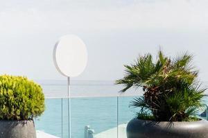 letrero blanco en blanco para el logotipo ubicado junto al mar foto