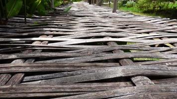 Primer plano 250 fps cámara lenta alejar el puente de bambú en la campiña tailandesa video