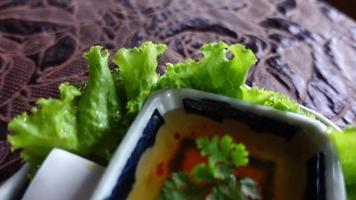 Acercamiento de movimiento de primer plano rollitos de primavera fritos en restaurante. video
