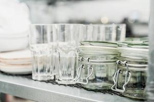 Conjunto de vidrio transparente aislado sobre fondo blanco. foto