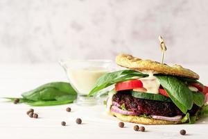hamburguesa vegetariana casera con chuleta de remolacha y verduras foto