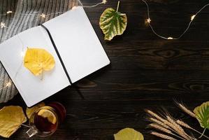 espacio de trabajo con cuaderno, taza de té de limón foto