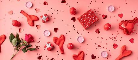 Vista superior del patrón del día de San Valentín sobre fondo rosa foto