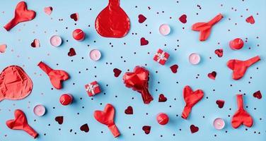 Vista superior del patrón del día de San Valentín sobre fondo azul. foto