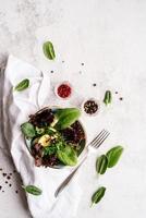 ensalada de espinacas, lechuga roja, pepinos y verdor foto