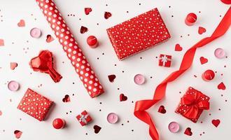 Vista superior del patrón del día de San Valentín sobre fondo blanco. foto