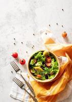 tazón de fuente de ensalada mixta de verduras vista superior laicos plana foto