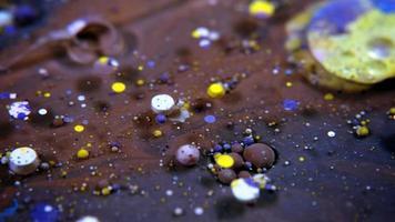 sphères colorées d'acrylique et de peinture alimentaire réparties video