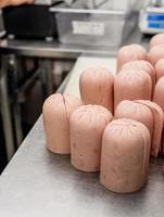 trozos de salchicha listos para ser triturados en la máquina foto
