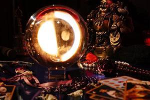 hermoso orbe de cristal en la habitación de un adivino. bola de cristal. foto