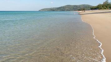 mar de verano en un día soleado agua clara en la paradisíaca isla de phuket. foto
