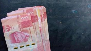 moneda de 100 mil rupias la moneda del estado de indonesia foto